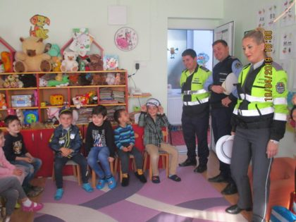 Copiii arădeni au învățat multe lucruri interesante de la polițiștii locali (GALERIE FOTO)