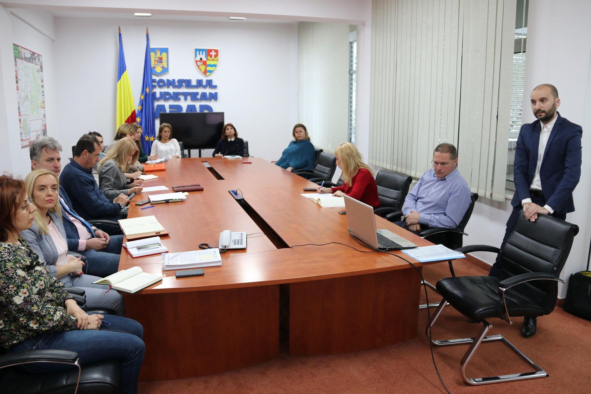 Aproape 400.000 de lei pentru creșterea transparenței Consiliului Județean Arad