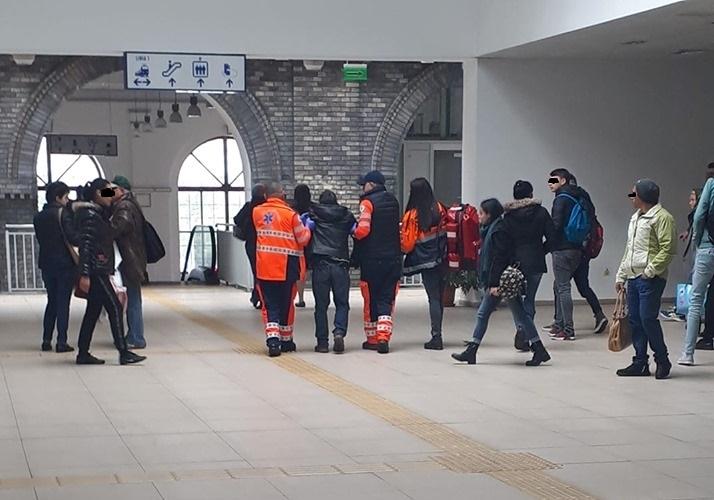 Unui bărbat i s-a făcut rău și a căzut în Gara din Arad. Reacția trecătorilor l-a șocat pe cel care i-a acordat primul ajutor!