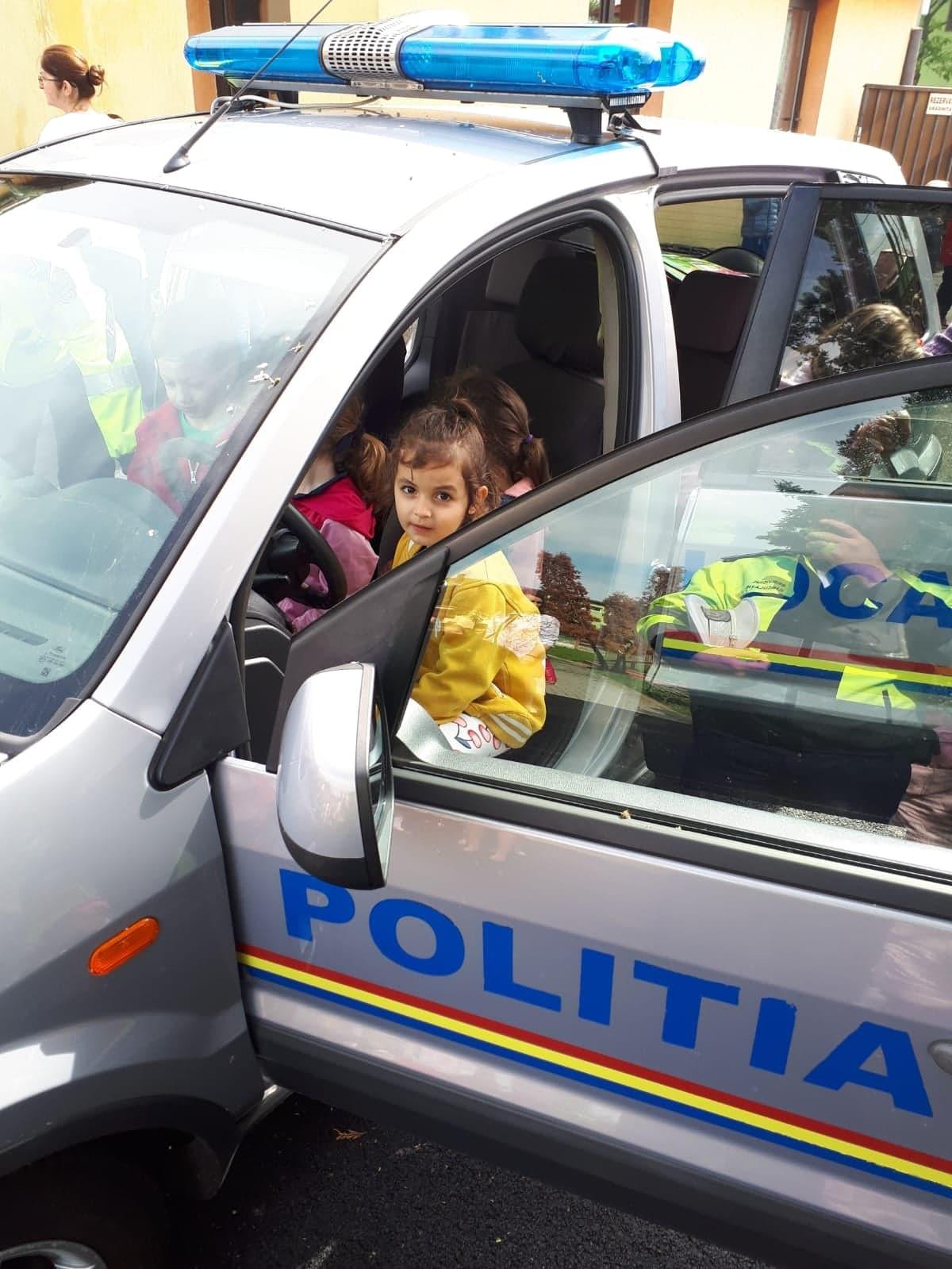 Cei mici au învățat despre regulile de circulație direct de la polițiști (GALERIE FOTO)