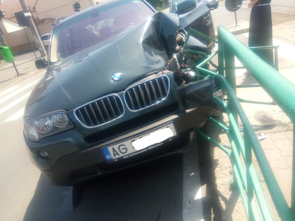 O șoferiță a intrat cu BMW-ul DIRECT în stația de tramvai! (FOTO)