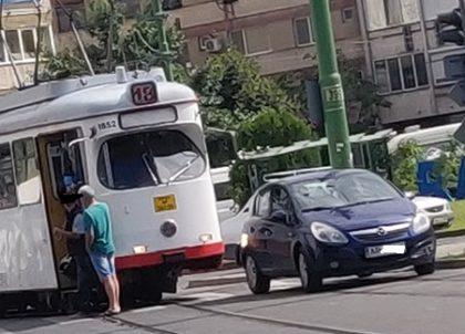 """Ziua și parcarea """"unde vor mușchii mei"""". Încă un tramvai blocat de o mașină"""