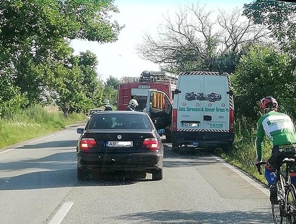 Un microbuz A LUAT FOC în timp ce circula pe un drum din județul Arad
