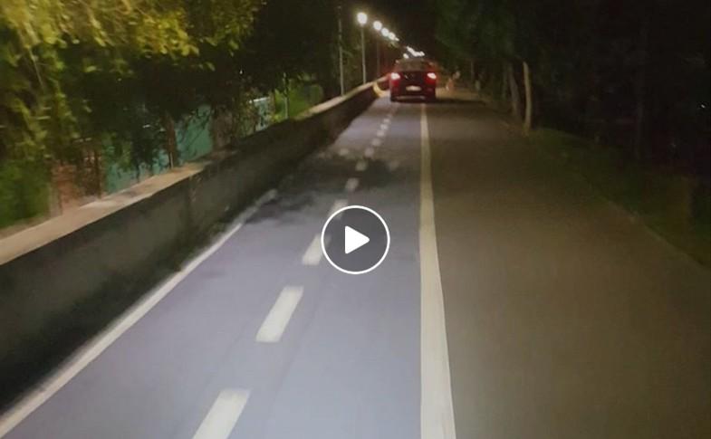 Cu mașina pe faleza Mureșului, printre pietoni și bicicliști (VIDEO)