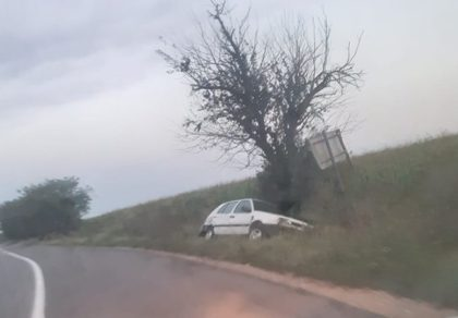 ACCIDENT pe un drum din județ. Mașină abandonată în șanț, fără numerele de înmatriculare