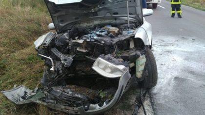 Mașină INCENDIATĂ! S-a IZBIT de un copac și a izbucnit în FLĂCĂRI