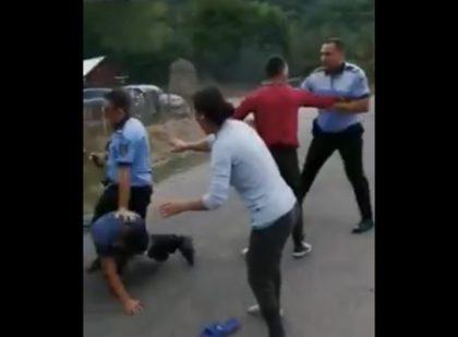 SCANDAL MONSTRU urmat de BĂTAIE între poliţişti şi localnici (VIDEO)
