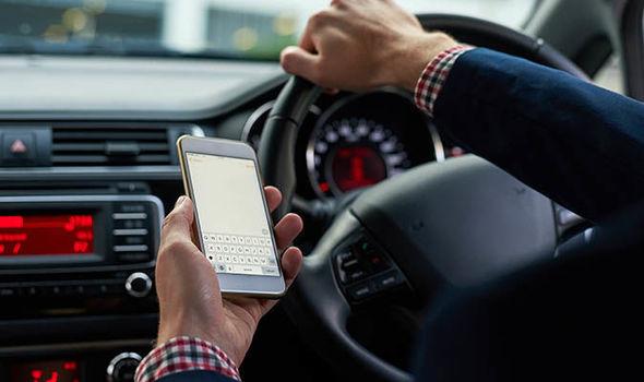 ATENȚIE! Se MĂRESC amenzile pentru folosirea MOBILULUI la volan. Șoferii pot rămâne FĂRĂ PERMIS