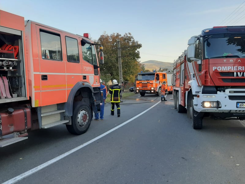 Incendiu DEVASTATOR într-o localitate arădeană. O familie a rămas FĂRĂ CASĂ (GALERIE FOTO)