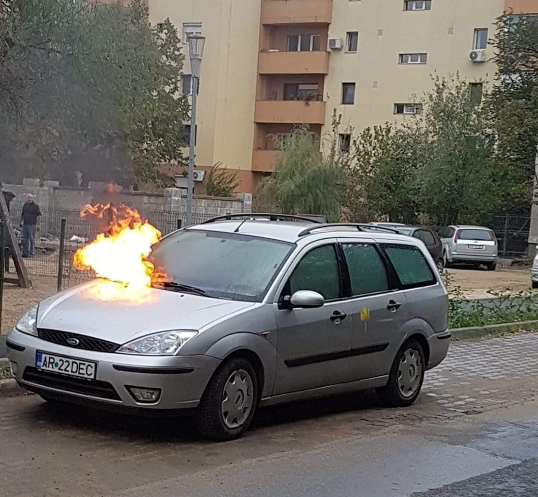 INCENDIU în Arad! O maşină a LUAT FOC (FOTO)