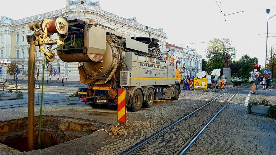 După ȘANȚURILE pentru reabilitarea rețelelor de canalizare, acum au apărut GROPI în centrul Aradului (FOTO)