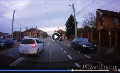 VIDEO/ Fotoreporter arădean, ŞICANAT în trafic de un şofer care A TRECUT pe ROŞU şi a DEPĂŞIT pe LINIA CONTINUĂ