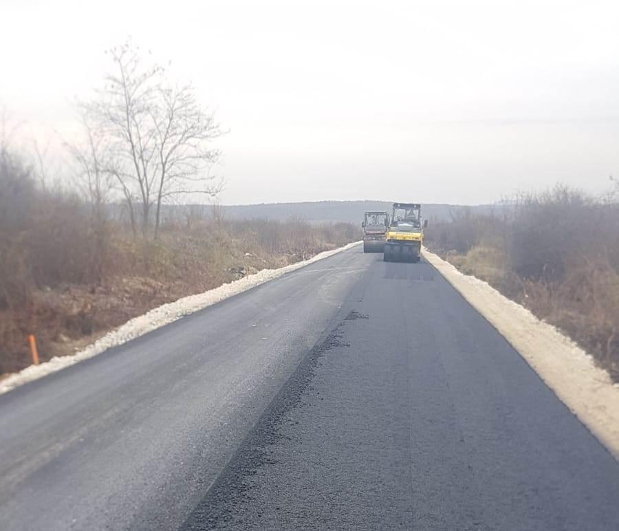 Asfalt pe cel mai degradat drum din județ: Târnova – Tauț