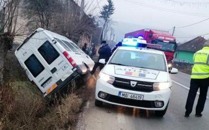 ACCIDENT pe DN 7. Microbuz de transport persoane aruncat în șanț