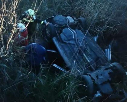 Accident GROAZNIC pe drumul Arad – Curtici. VICTIMELE, blocate într-o maşină răsturnată într-un şanţ cu apă (UPDATE + FOTO)