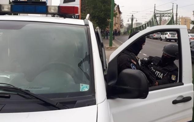 Tânără RĂPITĂ din MALL, la Arad. Polițiștii au REȚINUT doi bărbați și o femeie