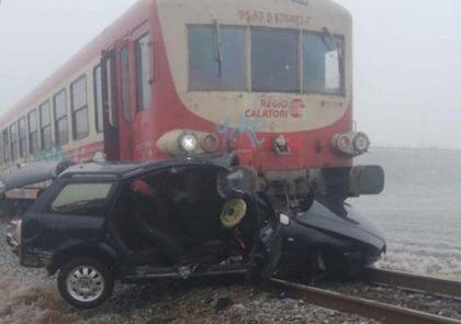 Accident cu două VICTIME! Mașină SPULBERATĂ de TREN în Aradul – Nou (UPDATE + FOTO)