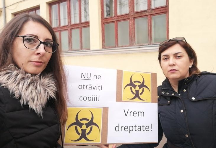 """""""Liceul German, al doilea Colectiv?"""" Părinţii elevilor INTOXICAŢI au ieşit la PROTEST (FOTO + VIDEO)"""