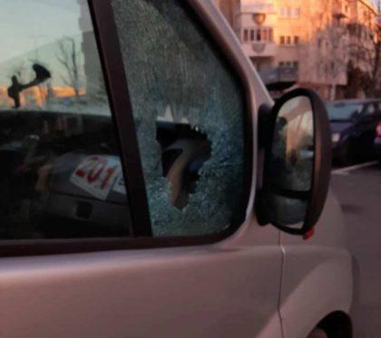 """O nouă zonă """"fierbinte"""" în Arad. Se SPARG MAȘINI și se FURĂ ORICE, spre disperarea locatarilor"""