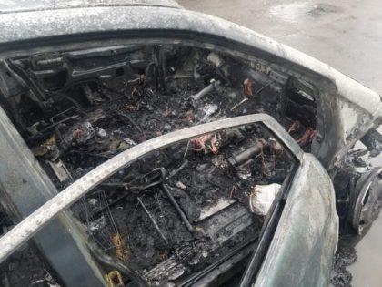 Un Mercedes s-a făcut SCRUM la ieşirea din Ineu (FOTO)