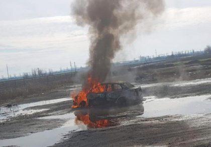 Victimă carbonizată în mașină, la Pecica (GALERIE FOTO)