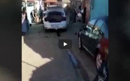 VIDEO: Oamenii legii, ATACAȚI de petrecăreți pe o stradă din Arad