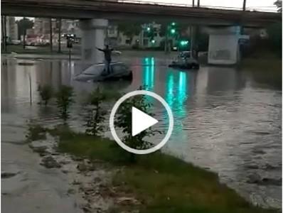 Scene de COȘMAR la pasajul de pe Voinicilor: Persoană BLOCATĂ într-o mașină INUNDATĂ (VIDEO)