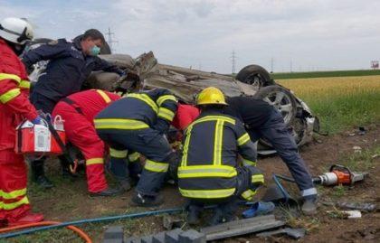 ACCIDENT ÎNGROZITOR la urcarea pe AUTOSTRADĂ. Trei VICTIME, preluate de echipajele medicale (FOTO + VIDEO)