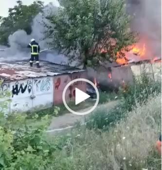 BREAKING NEWS: Incendiu DEVASTATOR în Arad! Zece GARAJE și două AUTOTURISME s-au făcut SCRUM (UPDATE: FOTO + VIDEO)