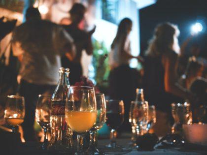 Petrecere ELECTORALĂ cu manele și dans, în plină PANDEMIE