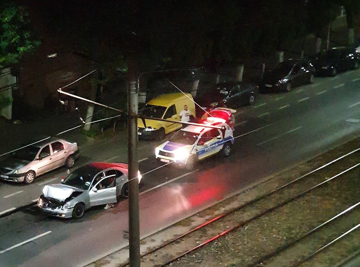 ACCIDENT cu TREI MAȘINI pe Calea Iuliu Maniu! Un autoturism s-a făcut PRAF