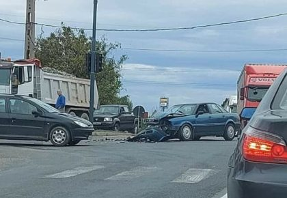"""ACCIDENT în Municipiul Arad! Un Audi s-a """"făcut praf"""" (FOTO)"""