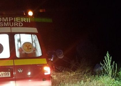 ACCIDENT pe un drum județean: Un bărbat s-a dat cu mașina peste cap (FOTO)