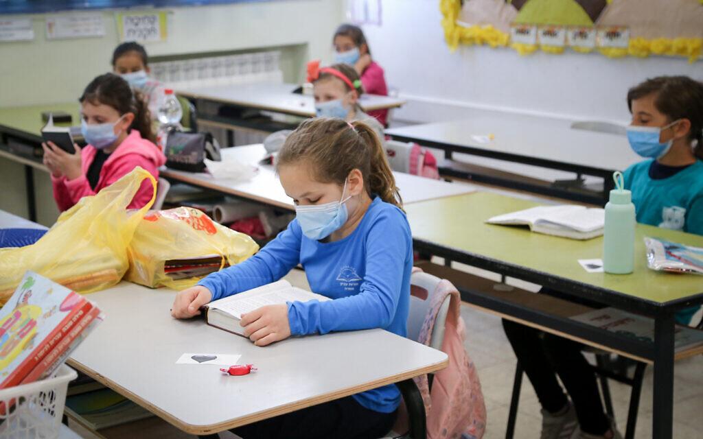 Fără MASCĂ în şcoli! Care sunt orele în cadrul cărora purtarea măştii NU MAI ESTE OBLIGATORIE