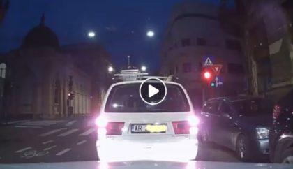 Au SCĂPAT la LIMITĂ! Pietoni, la un pas să fie SPULBERAȚI într-un ACCIDENT, în centrul Aradului (VIDEO)