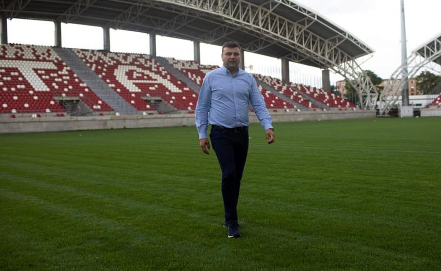 """Deputatul Sergiu Bîlcea răbufnește: """"Este o nedreptate şi o ruşine să investim atât de mult într-un stadion şi să avem o astfel de suprafaţă de joc"""""""