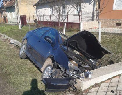 ACCIDENT GRAV pe un drum din județ! O VICTIMĂ, blocată în mașină (GALERIE FOTO)