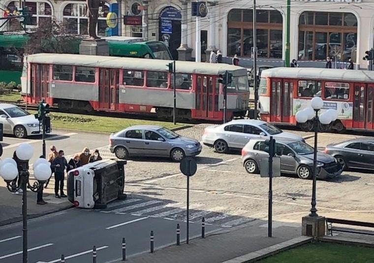 ACCIDENT în centru, lângă Palatul Administrativ. O mașină S-A RĂSTURNAT