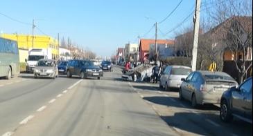 UPDATE/ A ajuns cu ROȚILE-N SUS pe o stradă din municipiu! Ce s-a întâmplat