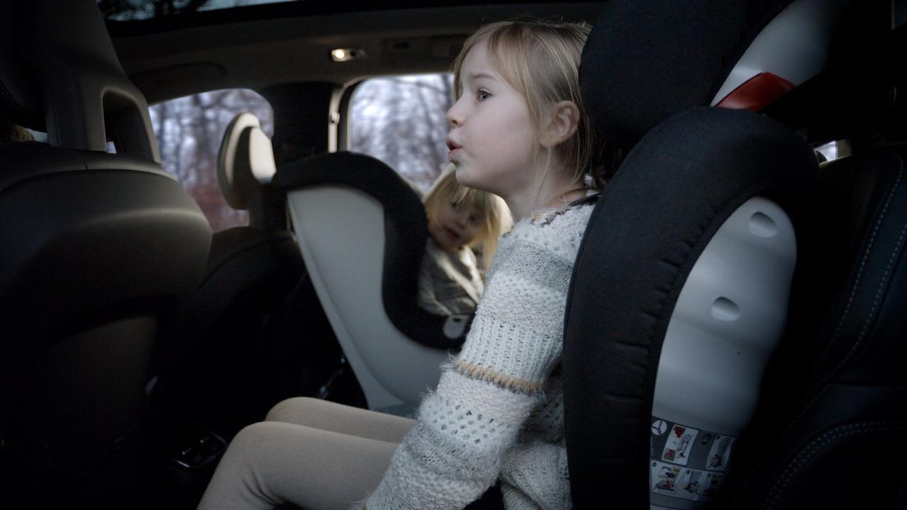 Se întâmplă în România: Un bărbat fără permis și-a dus copiii la școală, cu mașina