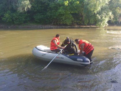 ALERTĂ: Un TÂNĂR a fost LUAT de CURENȚII râului în timp ce se afla la scăldat (UPDATE + FOTO/VIDEO)
