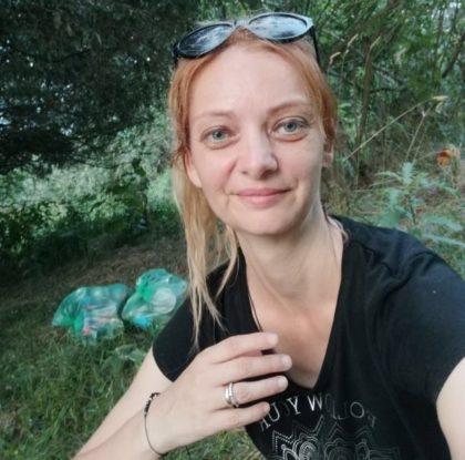 PLOGGING pe Malul Mureșului. O educatoare din Arad combină jogging-ul cu strângerea gunoiului
