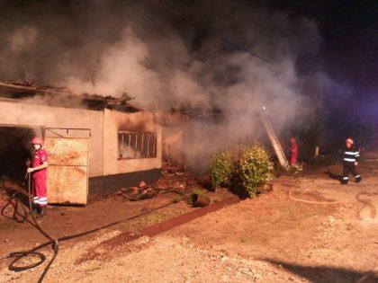 Două mașini au fost distruse în urma unui incendiu provocat de un trăznet