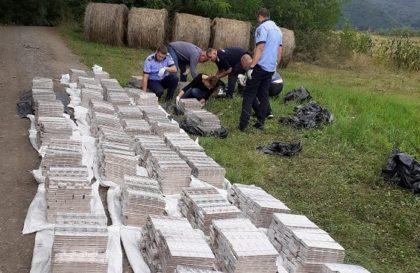 Zeci de mii de pachete de țigări, găsite abandonate la marginea unei păduri din județul Arad