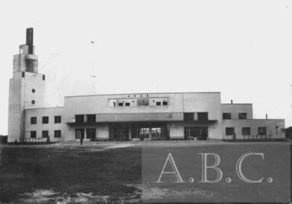 În anii `39 – `40, pe Aeroportul din Arad operau cel puțin 3 companii aeriene: L.A.R.E.S., Air France și Lufthansa