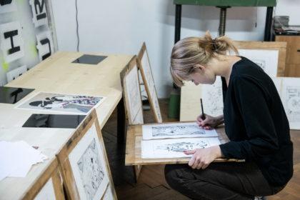 Workshop de gravură pentru tineri la Muzeul de Artă Arad, cu artistul vizual Adrian Sandu